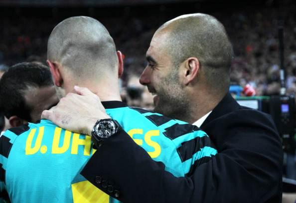 Guardiola y Valdés se abrazan al final del partido